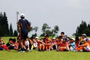 コーチから、トレーニングの説明を真剣に聞いています。