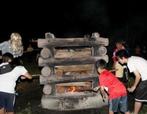 夜はキャンプファイヤー。力を合わせて灯をつけます。(左上に映っているのはオバケではありません。火の神!?です。。。)