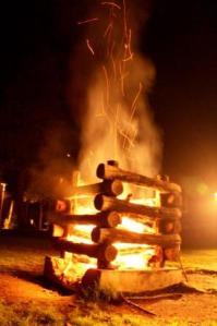 勢いよく燃え上がりました。この後、ビンゴ大会をして盛り上がりました!