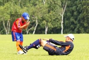 寺川コーチを倒して、「ごめんなさい!」